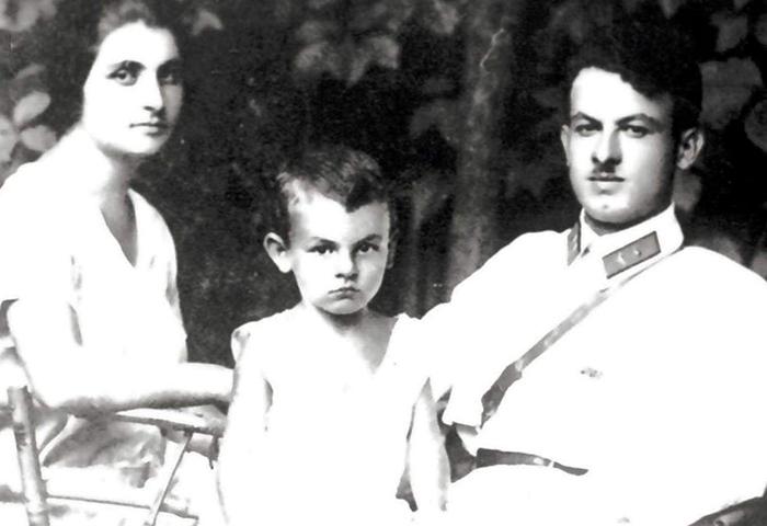 Маленький Булат с родителями