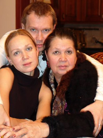С матерью и сестрой
