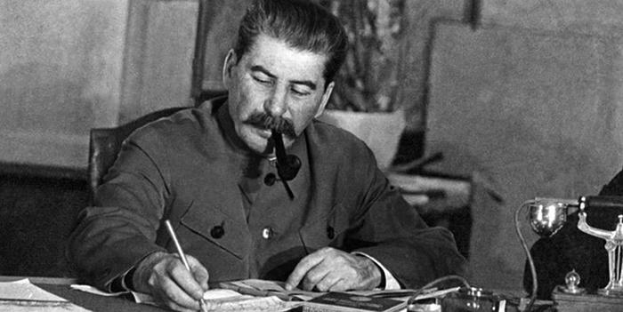 Иосиф Сталин работает