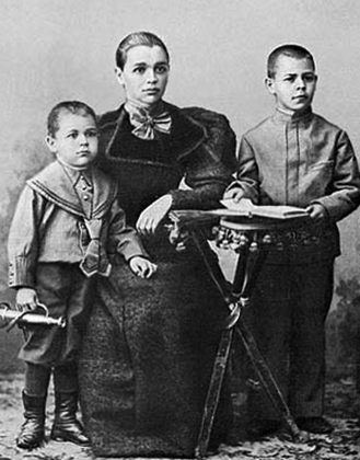 Александра Михайловна с сыновьями