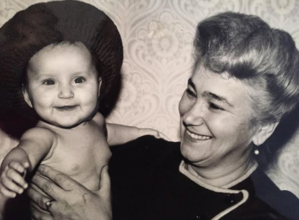 Анна в детстве с бабушкой