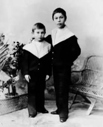 Борис (справа) в детстве с братом