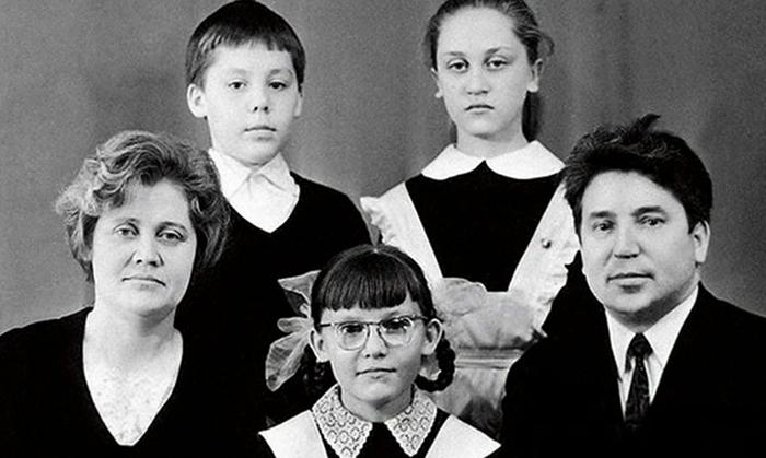 Елена (снизу в центре) с родителями, братом и сестрой
