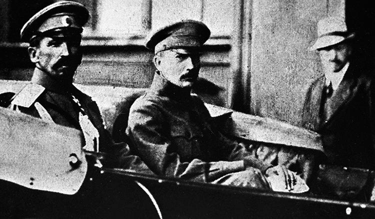 Лавр Корнилов во время противостояния с Керенским