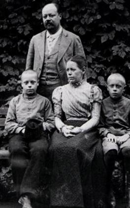 Анатолий с семьей