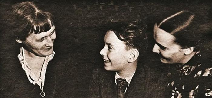 С Анной Ахматовой и мамой