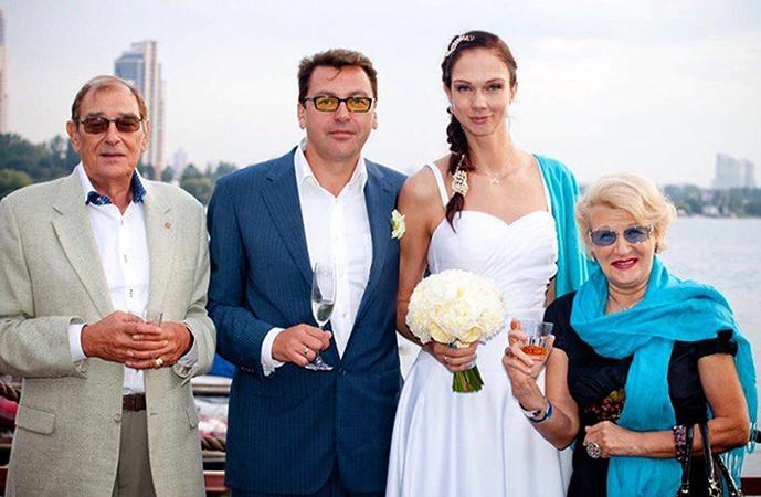 С мужем, младшим сыном и снохой