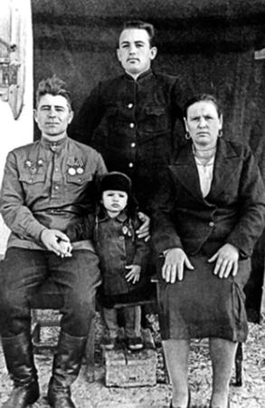 С родителями и младшим братом Александром