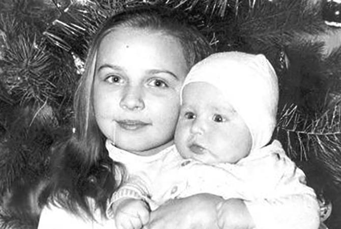 В детстве с сестрой Викторией