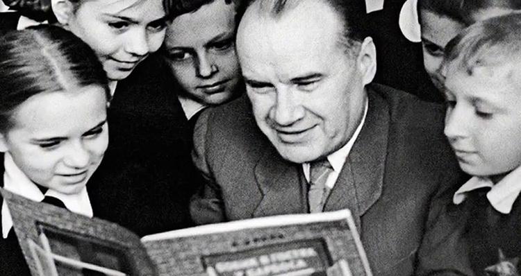 Николай читает сказки детям