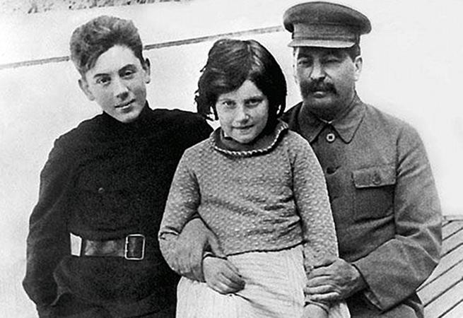 С отцом и сестрой Светланой