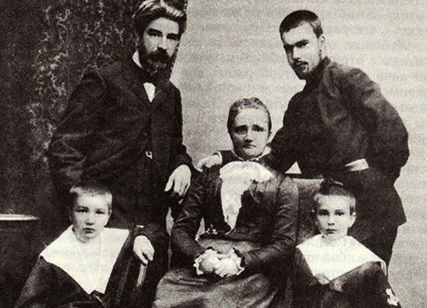 Виталий (слева снизу) с родителями и братьями