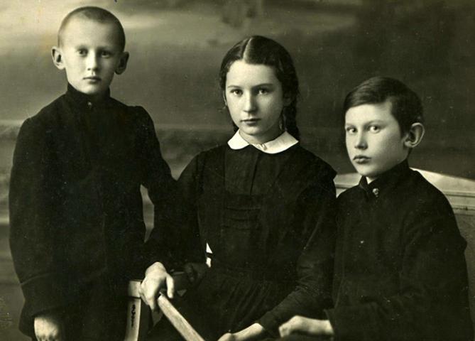 Александр (слева) с сестрой и братом