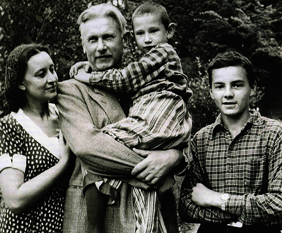 С женой Ангелиной и сыновьями