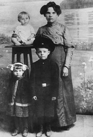 В детстве с мамой, братом и сестрой
