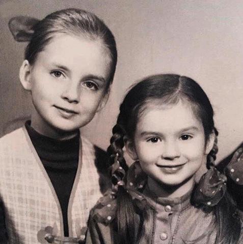 В детстве с сестрой