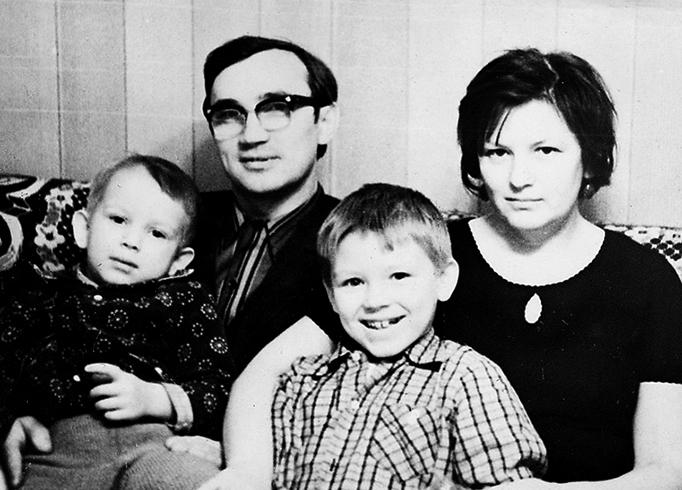 Дмитрий (слева) с родителями и братом