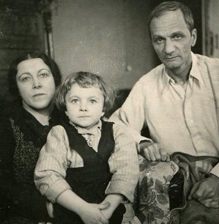 С женой и ребенком