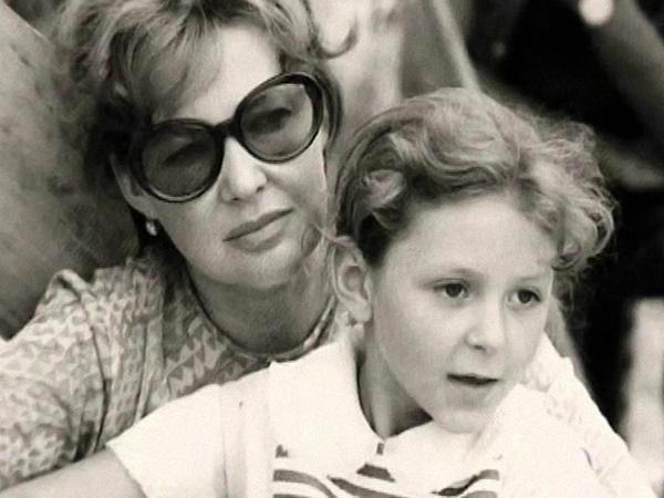 С матерью Ириной в детстве