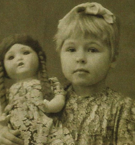 С куклой в детстве