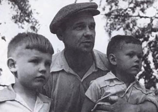 Маленький Коля (справа) с отцом и братом