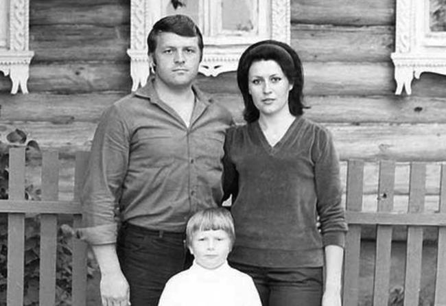 Маленький Коля с родителями