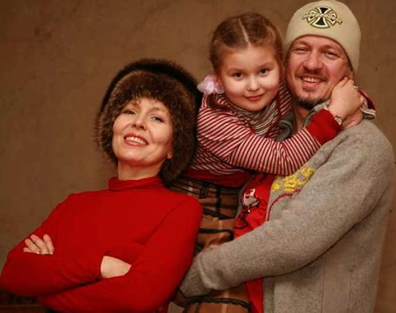 С мужем и дочерью