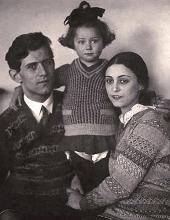 С папой и мамой в детстве