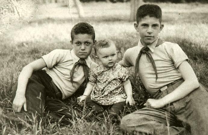 Иосиф (слева) в пионерском лагере в 1949 году