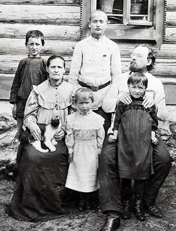 Константин с семьей