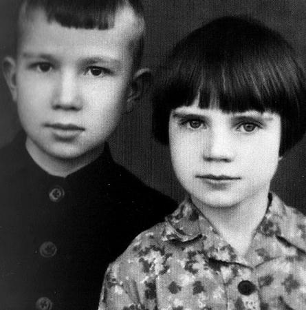 С сестрой Галиной в детстве