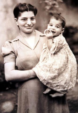 В возрасте 7 месяцев с мамой