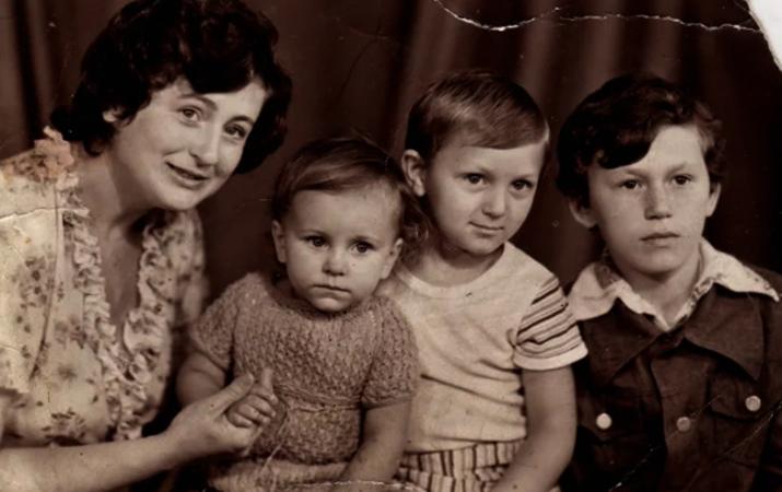 С матерью и братьями (вторая слева)