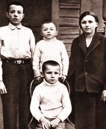 Юрий (снизу) с братьями Валентином и Борисом и сестрой Зоей