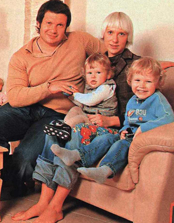 С женой Эльгой и детьми
