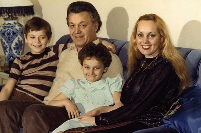 С женой Нинель и детьми
