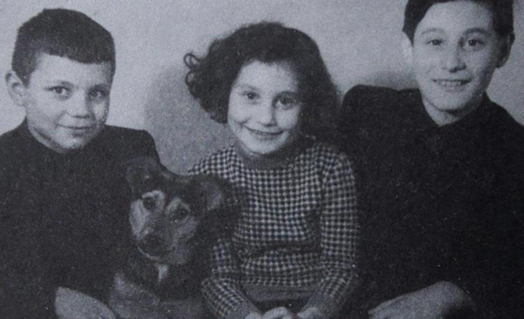 Альфред (справа) с братом и сестрой