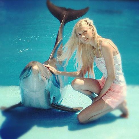 Анастасия с дельфином