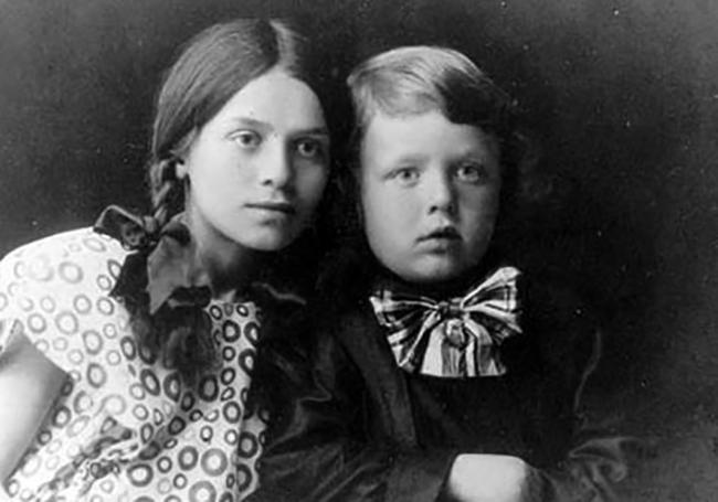 Борис в детстве (справа)