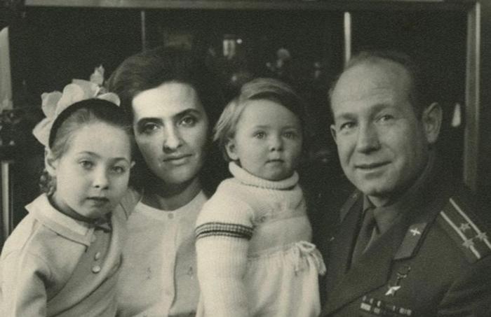 С женой и детьми