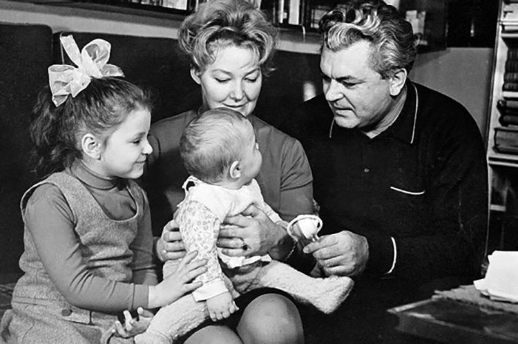 С детьми Еленой и Федором
