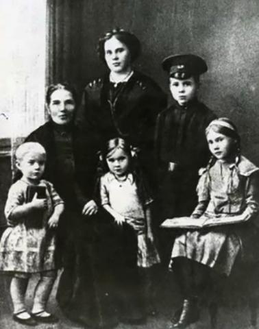 С матерью, бабушкой и сестрами