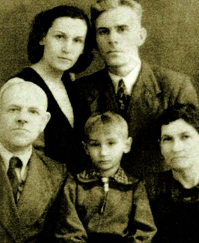 С родителями, дедушкой и бабушкой