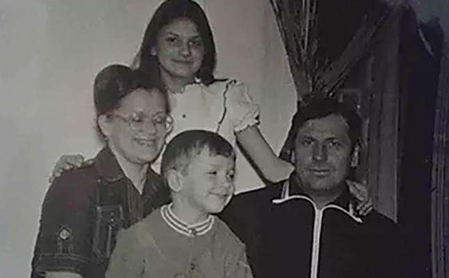 С семьей в детстве