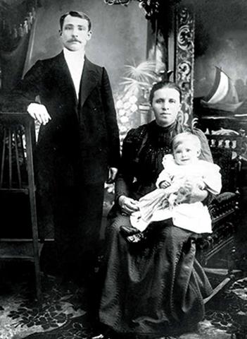 Маленький Сергей с родителями