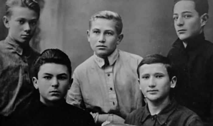 В школьные годы (слева снизу)