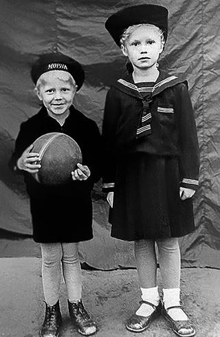 С братом Валерой в детстве