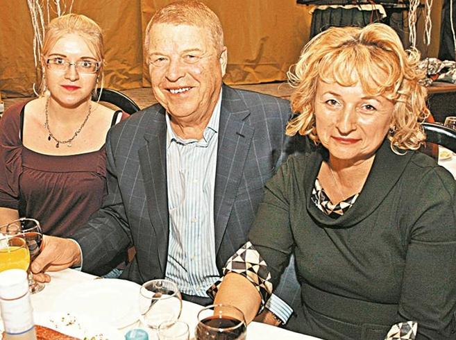 С женой Натальей и дочерью Алевтиной