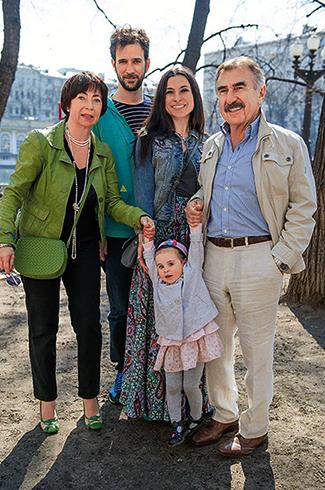 С женой, дочерью, зятем и внучкой