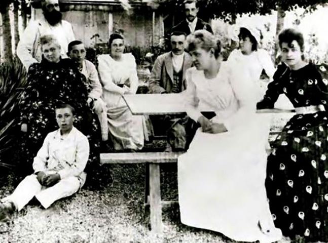 Клод Моне и Алиса Гошеде (слева) с семьей